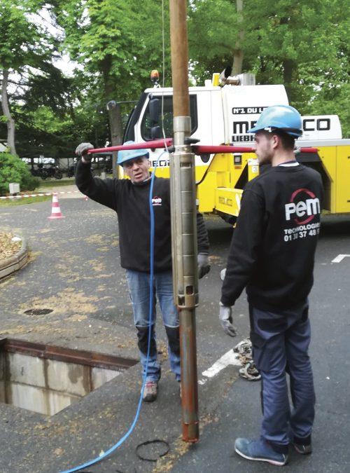 Installation d'une pompe de forage.